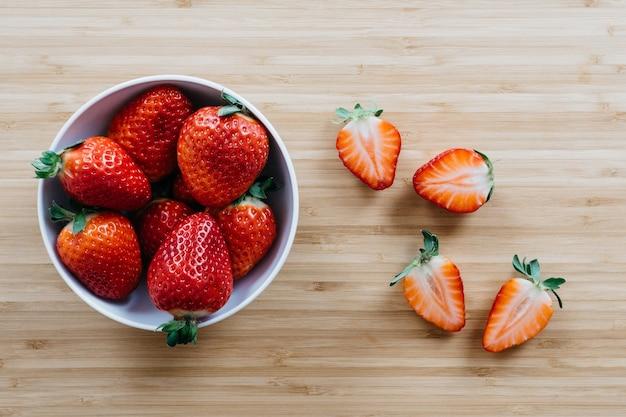 sch ssel mit erdbeeren zum nachtisch download der kostenlosen fotos. Black Bedroom Furniture Sets. Home Design Ideas