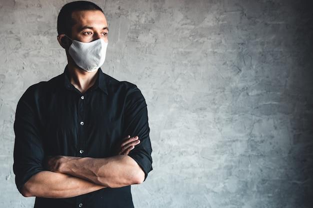 Schutz vor ansteckenden krankheiten, coronavirus. mann, der hygienemaske trägt, um infektion, luftgetragene atemwegserkrankungen wie grippe, 2019-ncov zu verhindern. pandemie, völkermord, gesundheit. Premium Fotos