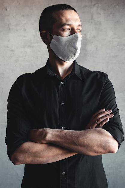 Schutz vor ansteckenden krankheiten, coronavirus. mann mit hygienemaske zur vorbeugung von infektionen, atemwegserkrankungen in der luft wie grippe, 2019-ncov. pandemie, völkermord, gesundheit. Premium Fotos