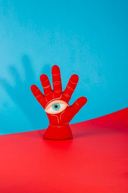 Schutzamulett in form einer offenen handfläche und eines auges aus gefilzter wolle Premium Fotos