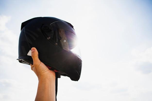 Schutzhelm auf dem hintergrund des himmels Premium Fotos