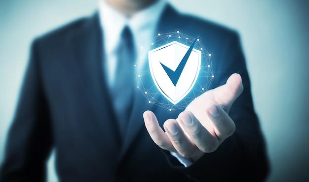 Schutznetzwerksicherheitscomputer und safe ihr datenkonzept, der geschäftsmann, der schild hält, schützen ikone Premium Fotos