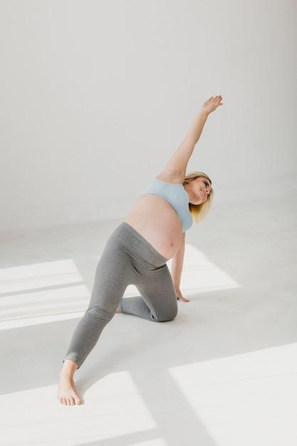 Schwangere frau, die einen gesunden lebensstil hat Kostenlose Fotos