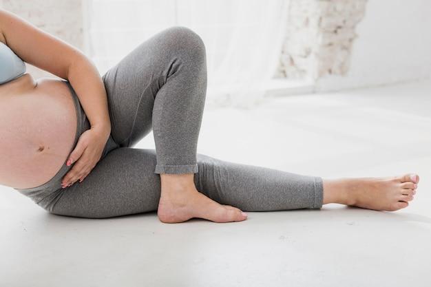 Schwangere frau, die zuhause übungen tut Kostenlose Fotos