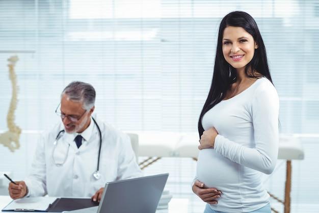 Schwangere frau mit doktor an der klinik während der gesundheitsüberprüfung Premium Fotos
