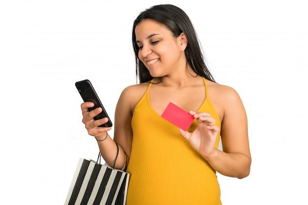 Schwangere frau mit kreditkarte und telefon online einkaufen Kostenlose Fotos