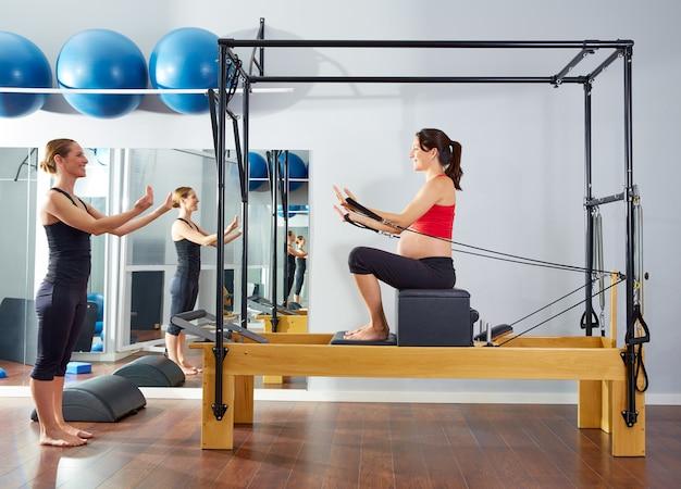 Schwangere frau pilates reformer kurze box Premium Fotos