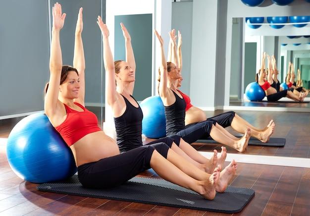Schwangere frau pilates trainieren fitball Premium Fotos