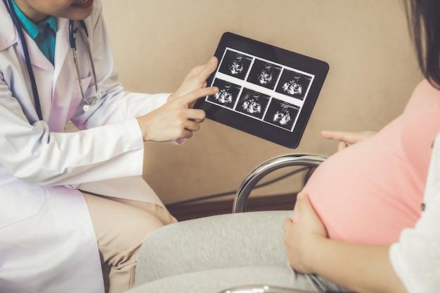 Schwangere frau und gynäkologe doktor im krankenhaus Premium Fotos