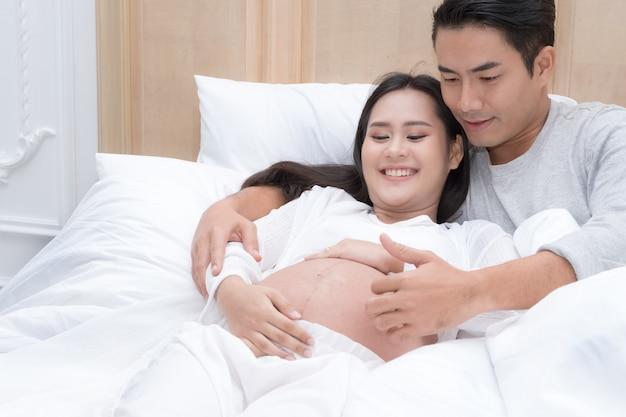 Schwangere frau und ihr ehemann Premium Fotos
