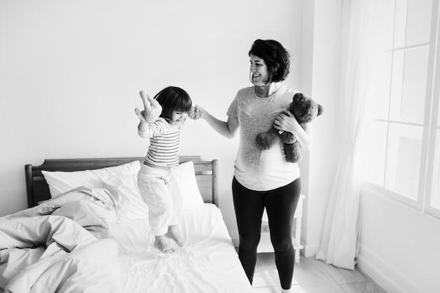 Schwangere mutter, die zeit zusammen mit ihrer tochter verbringt Kostenlose Fotos