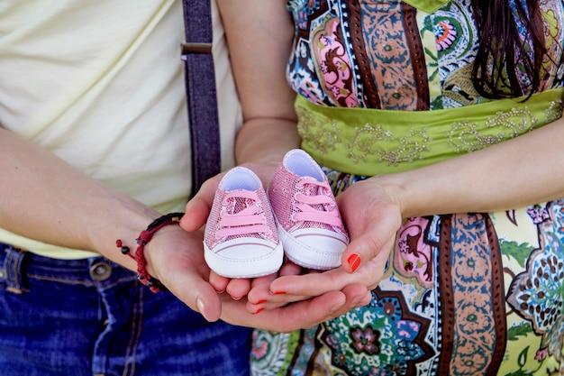 Schwangere paare, die ihre zukünftigen schätzchenmatten anhalten Premium Fotos