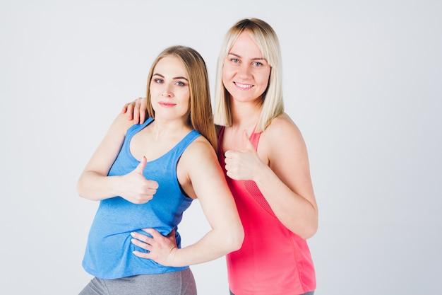 Schwangere und ihre freundin sind mit fitness beschäftigt