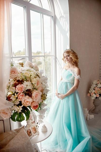 Schwangeres blondes frauenhochzeitskleid der luxusmode Premium Fotos