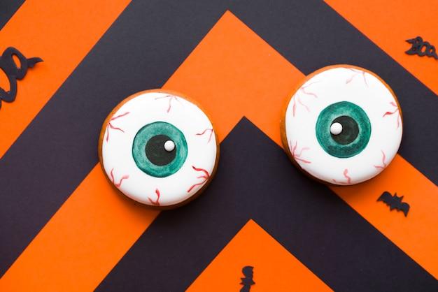 Schwarz-orangefarbene hintergrund- und lebkuchenplätzchen. Premium Fotos
