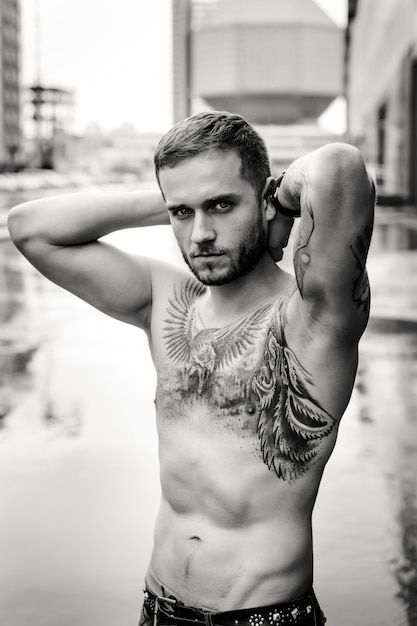 Schwarz-Weiß-Nahaufnahme Porträt, ein Mann mit einem nackten ...
