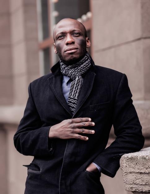Schwarzafrikaner im mantel Premium Fotos