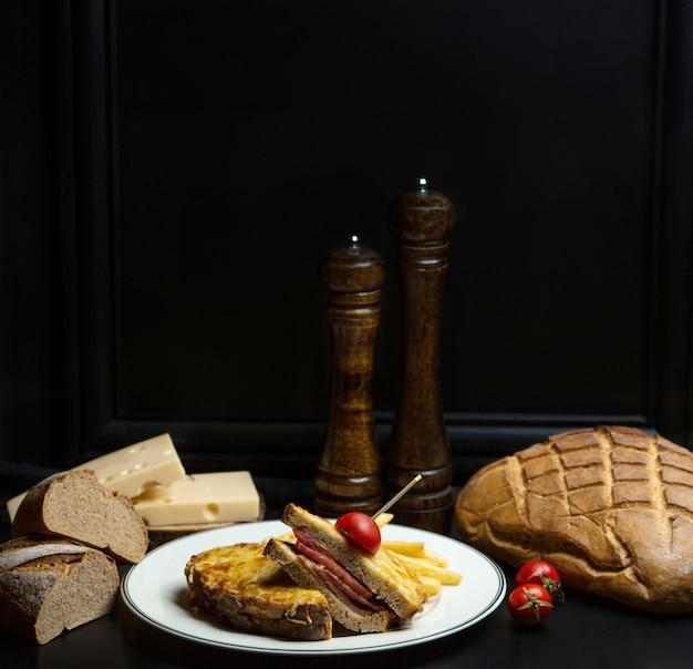 Schwarzbrotsandwich mit gekochtem schinken und geriebenem käse Kostenlose Fotos