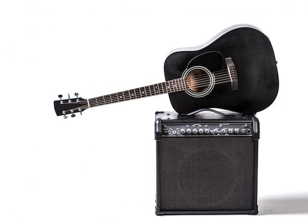 Schwarze akustische gitarre Premium Fotos