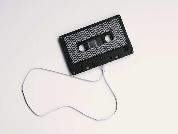 Schwarze defekte kassette auf weißem hintergrund Kostenlose Fotos