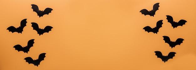 Schwarze fledermäuse auf orange hintergrund Premium Fotos
