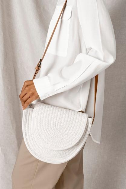 Schwarze frau, die ein weißes gewebtes baumwollseilbeutelmodell trägt Kostenlose Fotos
