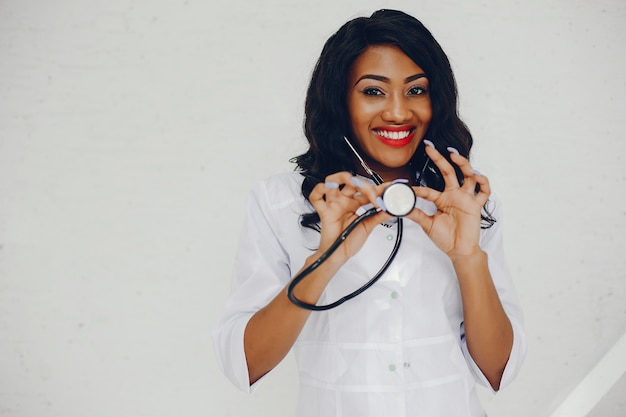 Schwarze frau mit stethoskop Kostenlose Fotos