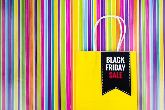 Schwarze freitag-einkaufstasche auf buntem hintergrund Kostenlose Fotos