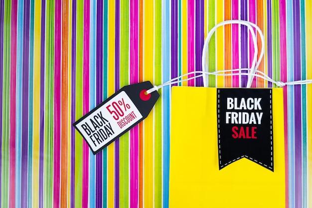Schwarze freitag-einkaufstasche mit tag auf buntem hintergrund Kostenlose Fotos