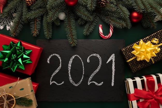 Schwarze granittafel mit der aufschrift 2021. Premium Fotos