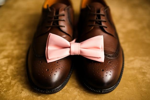 Schwarze herrenschuhe und krawatte. dekoration eines mannes für eine hochzeit. Premium Fotos