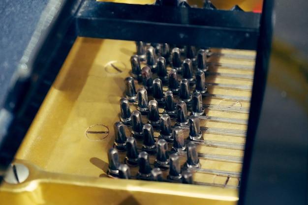 Schwarze hölzerne klavierstimmwirbel, piano tuning pins, piano sound tuning. Premium Fotos