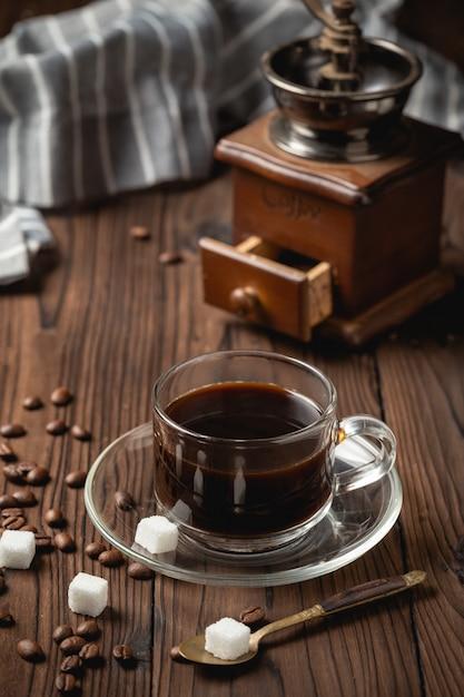 Schwarze kaffeetasse auf holztisch. Kostenlose Fotos