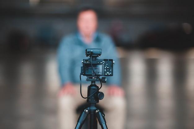 Schwarze kamera auf stativ Kostenlose Fotos