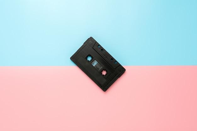 Schwarze kassette auf blauem und rosafarbenem hintergrund. Premium Fotos
