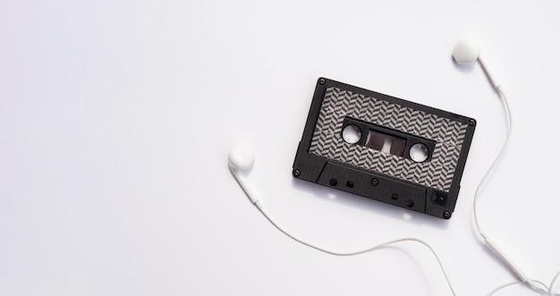 Schwarze kassette mit kopfhörern und kopieraum Kostenlose Fotos