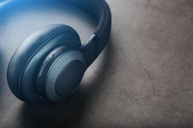 Schwarze kopfhörer auf grau Premium Fotos