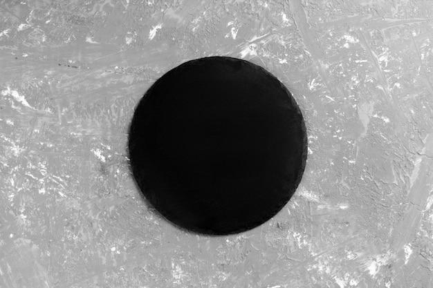 Schwarze leere runde schieferplatte Premium Fotos