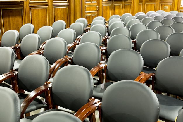 Schwarze moderne sitzlehnsessel im konferenzsaal. innenraum der konferenz oder der geschäftshalle Premium Fotos