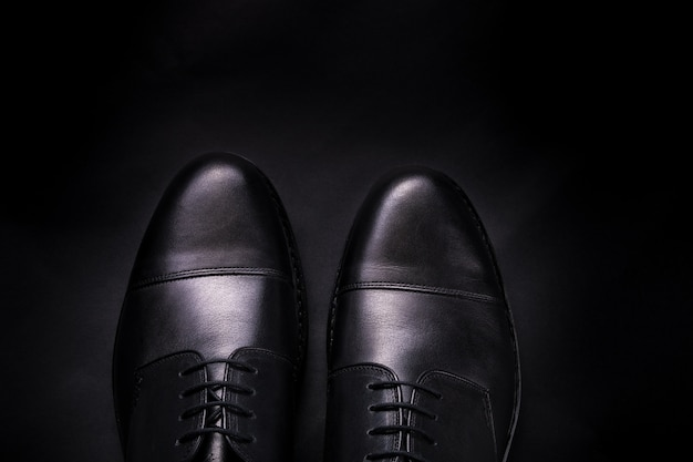 Schwarze oxford-schuhe auf schwarz. Premium Fotos