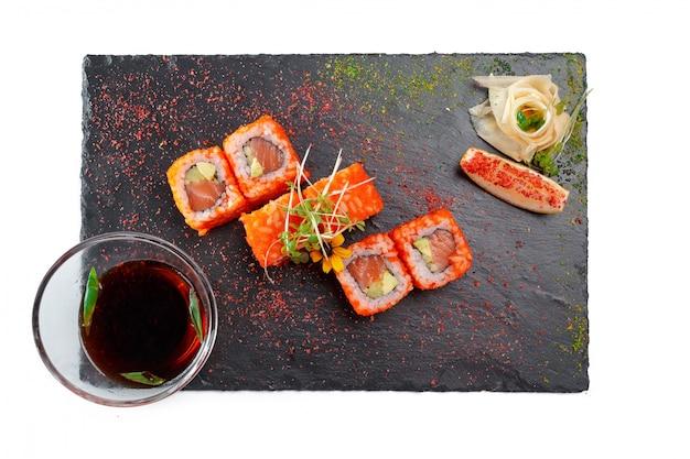 Schwarze rechteckplatte mit den sushi, getrennt auf weiß Premium Fotos