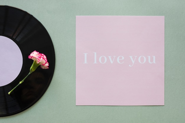 Schwarze schallplatte mit ich liebe dich inschrift auf dem tisch Kostenlose Fotos