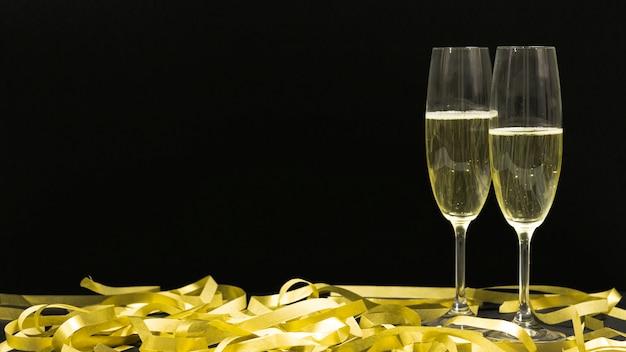 Schwarze szene mit zwei gläsern champagner. Kostenlose Fotos