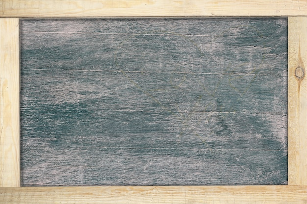 Schwarze tafel mit rahmenholz. Premium Fotos