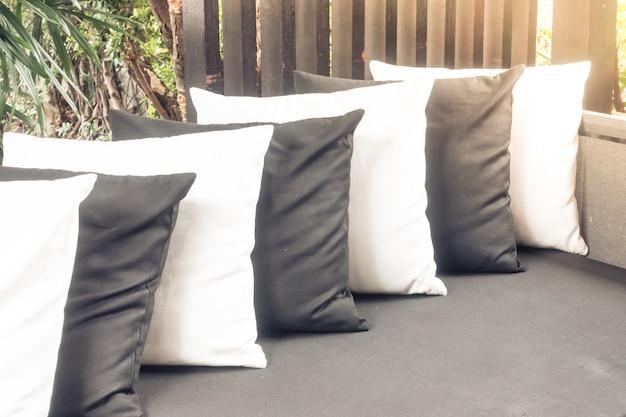 schwarze und wei e kissen auf einem sofa download der kostenlosen fotos. Black Bedroom Furniture Sets. Home Design Ideas