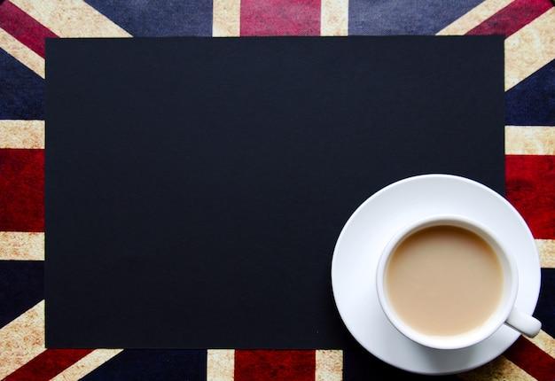 Schwarzer exemplarplatz für ihren text ein der britischen markierungsfahne mit einer tasse tee Premium Fotos