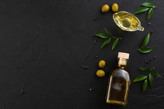 Schwarzer exemplarplatzhintergrund mit olivenöl Premium Fotos