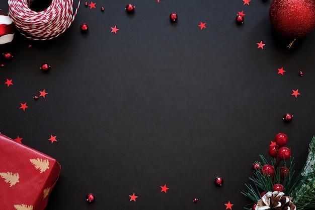 Schwarzer festlicher hintergrund mit roter dekoration. weihnachtsgrußkarte mit platz für text Premium Fotos