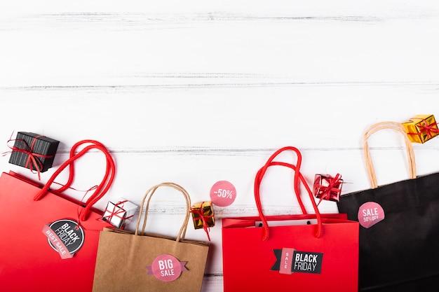 Schwarzer freitag-geschenkbeutel auf hölzernem hintergrund Kostenlose Fotos