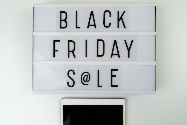 Schwarzer freitag-verkaufstext geschrieben auf leuchtkasten Kostenlose Fotos